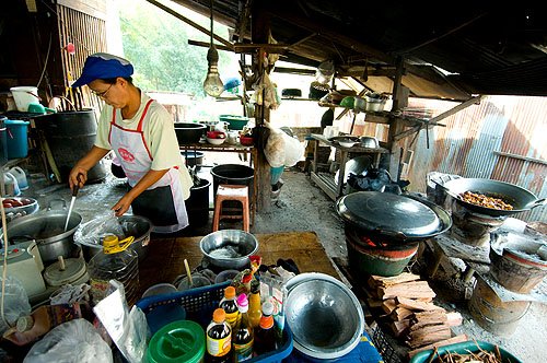 Paa Add making laap khua, 'fried' laap, Mae Hong Son