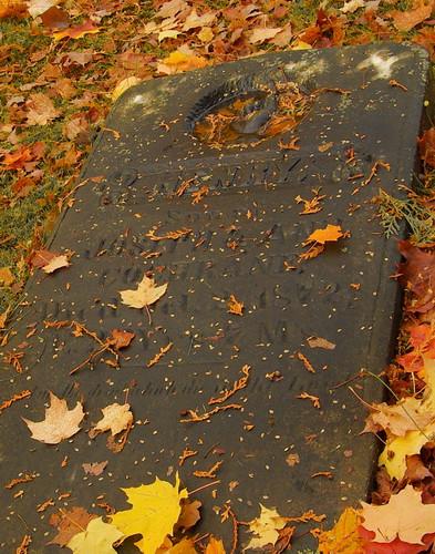 Pierre tombée, pierre tombale