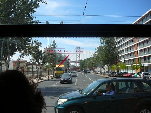 Vista desde el tranvía, con el Puente 25 de Abril al fondo.