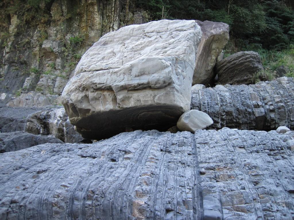 06 河邊有塊巨石.jpg