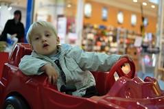 Punane Ferrari (anuwintschalek) Tags: red rot austria ferrari kalle niedersterreich wienerneustadt lapsed einkaufszentrum playcar punane nikond90 spielauto fischapark mnguauto ostukeskus