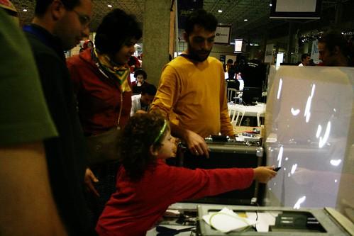 Filha de Gera ensinando a Uirá como brincar no Touchglass opensource do Tio pixel