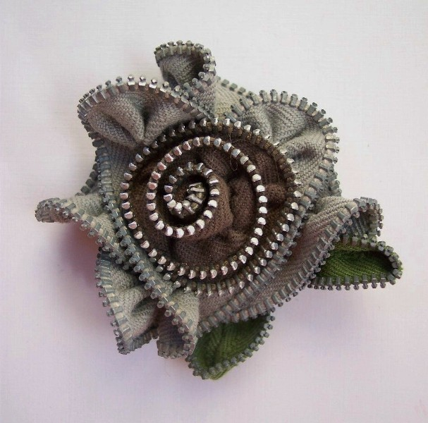 Zippinning gray flower brooch