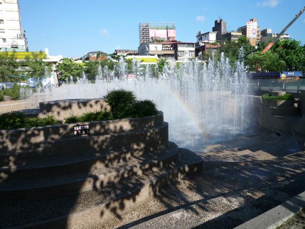 美人照鏡池--水舞噴泉於AM9:00~PM9:00每整點表演15分鐘