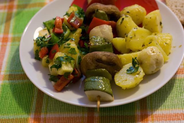 espetadas de legumes + batatas + salada de ananás