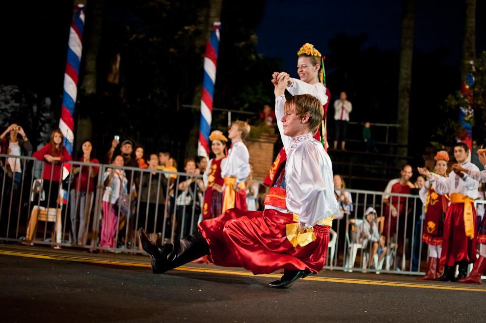 Un bailarín de la comparsa de Ucrania danza mientras pasan por la Avenida, durante el Desfile de Las Naciones, de los pueblos originarios, inmigrantes, de carnavales de Paraguay y de naciones invitadas el sábado 14 de Mayo. (Elton Núñez - Asunción, Paraguay)