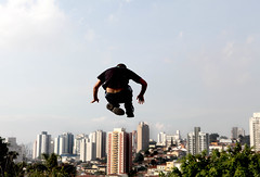 diogo - le parkour brasil (Ana Luz) Tags: street city cidade people man guy sport wall fly jump action sopaulo extreme move freerunning leparkour salto rua pulo homem esporte parkour analuz sumar traceurs leparkourbrasil diogogranato