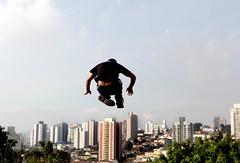 diogo - le parkour brasil (Ana Luz) Tags: street city cidade people man guy sport wall fly jump action sãopaulo extreme move freerunning leparkour salto rua pulo homem esporte parkour analuz sumaré traceurs leparkourbrasil diogogranato