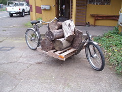 Wood for Los Hermanos Ross (METROFIETS) Tags: workbike portland phillipross metrofiets longjohn jamienichols cargobike cargo boxbike bike bakfiets 2009 movebybike oregon nahbs pdx stumptown cycletruck 4130 steel bicycle carfree rosecity bikefun palletbike load haul green transport handmadebike handmade custombike custom