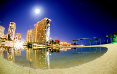 hilton hawaiian village's rainbow tower & lagoon (kela) Tags: moon beach hawaii nightshot waikiki oahu fisheye   honolulu bowls  hiltonhawaiianvillage   kaisers rainbowtower hiltonlagoon nonhdr hhv   menpachilens