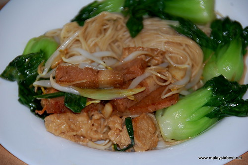egg noodle with vegetarian 'meat'
