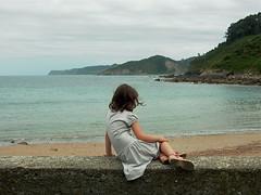 Mirando al mar/Looking at the sea (Joe Lomas) Tags: leica sea espaa beach girl fotosencadenadas clouds mar spain candid asturias playa nia nubes reality villaviciosa realidad rodiles robados tazones real