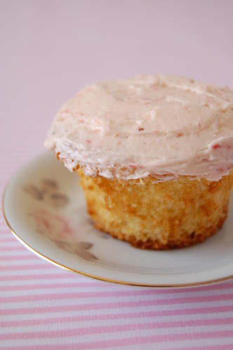White chocolate cupcakes with strawberry frosting / Cupcakes de chocolate branco com cobertura de morango