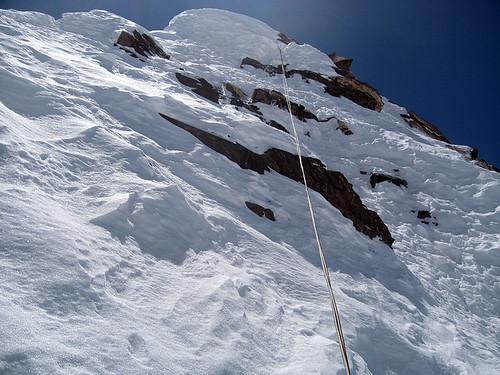 Моя спусковая веревка на заснеженных скалах