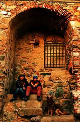 Retrato de familia (guadags) Tags: friends dog amigos color ventana pared retrato personas perro cceres arco antiguo escaleras juntos piedras tolo lusa sentados