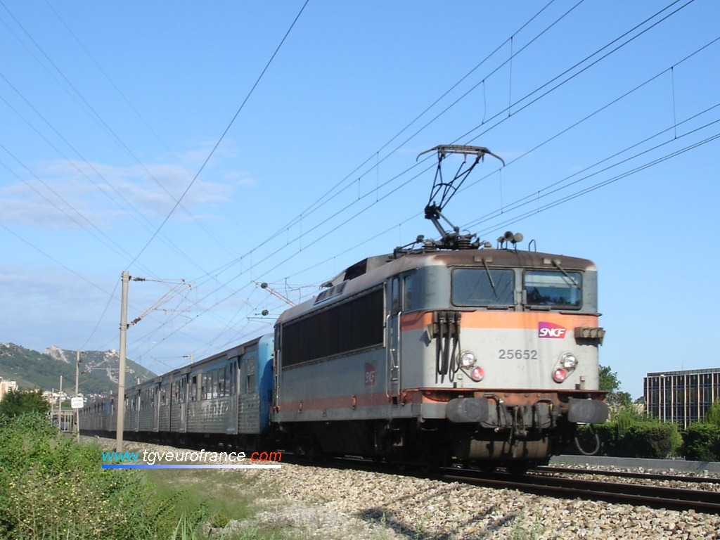 The dual-voltage BB 25652 SNCF locomotive on a push-pull service
