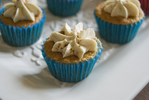 Dark Brown sugar cupcakes with Caramel and cinnamon buttercream frosting - Happy HomeMade Cupcakes