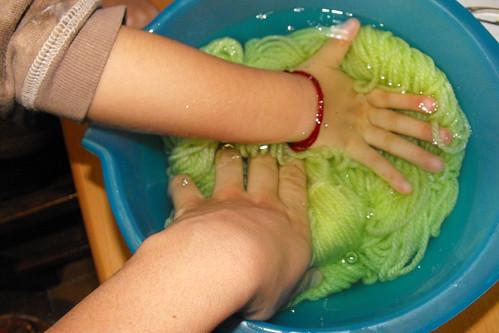 Los dos tiñendo lanas