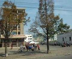 Nampo Street Scene (Ray Cunningham) Tags: street tourism del north scene korea tourist american norte northkorea corea dprk koryo 北朝鮮 корея nampo 조선민주주의인민공화국 남포 raycunningham nampho zaruka raymondkcunninghamjr ©raymondkcunninghamjr northkoreanphotography raycunninghamnorthkoreanphotography dprkphotography