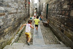 Run.... (Melinda ^..^) Tags: china brick childhood wall kids rural kid village child chinese run mel melinda hunan childern  countrside  socc   chanmelmel