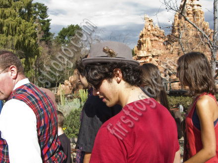 joe-jonas-disneyland-3-thumb-440x330