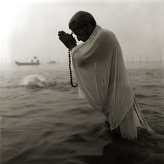 mela-2001 (jameshervey) Tags: blackandwhite bw india festival prayer gathering bathing saraswati inde ganges mela pilgrims allahabad festivale prayag ablutions yamuna prire religiousfestival plerins artlibre kumbhamela artlibres festivalereligieuse