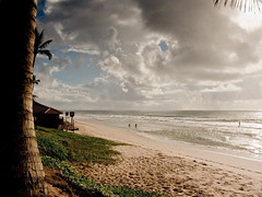 praia de villas (Ian VanPaio) Tags: morning brazil people praia beach brasil ian sand day areia dia bahia nuvens 2009 barraca cloulds g9 villasdoatlntico