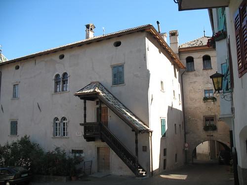 Ansicht einer alten Gassen des Weindorfes Tramin