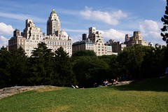 Central Park (Gwenaël Piaser) Tags: central park gratteciel skyscraper grattacielo building immeuble unlimitedphotos canon eos 50d canoneos eos50d canoneos50d 35mm 35mmf14 canonef35mmf14lusm ef35mmf14lusm 35l manhattan nyc new york newyork usa july 2009 gwenflickr небоскребы 1000 city ville prime