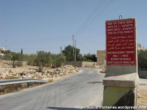 Placa no inicio da estrada alertando para a proibição da entrada de israelitas