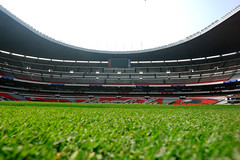 SOBRE EL TERRENO DE JUEGO, ESTADIO AZTECA (monchor1a) Tags: verde green sports ball mexico foot stadium soccer sony cybershot pasto grama estadio deporte r1 futbol cancha estadios deportes cesped ramn azteca estadioazteca tribuna gradas moncho dscr1 tribunas monchor1 gramilla monchor1a stadioms