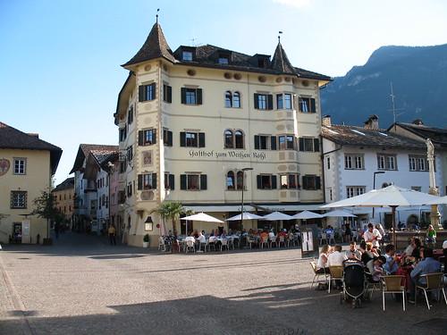 Der Marktplatz in Kaltern ist Schauplatz der abendlichen Veranstaltung