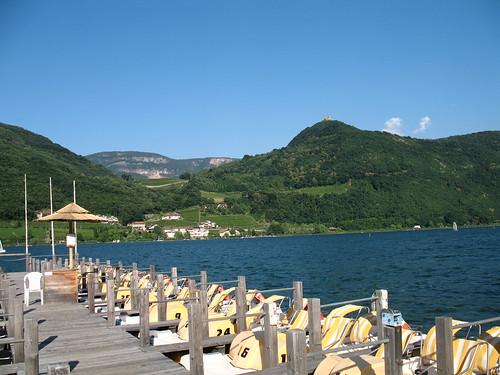 Blick vom Tretbootverleih auf den Kalterer See mit der Leuchtenburg im Hintergrund