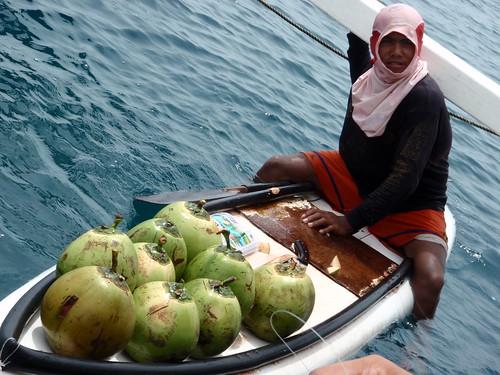 你拍攝的 【μ8000】海上賣椰子汁。