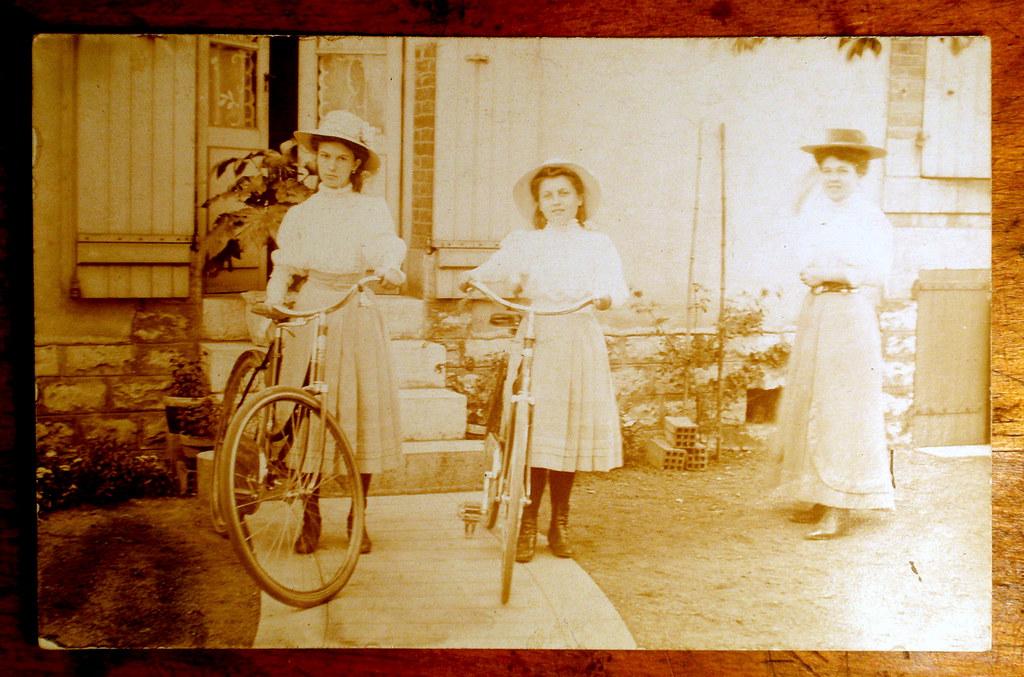 Meninas francesas com suas bicicletas