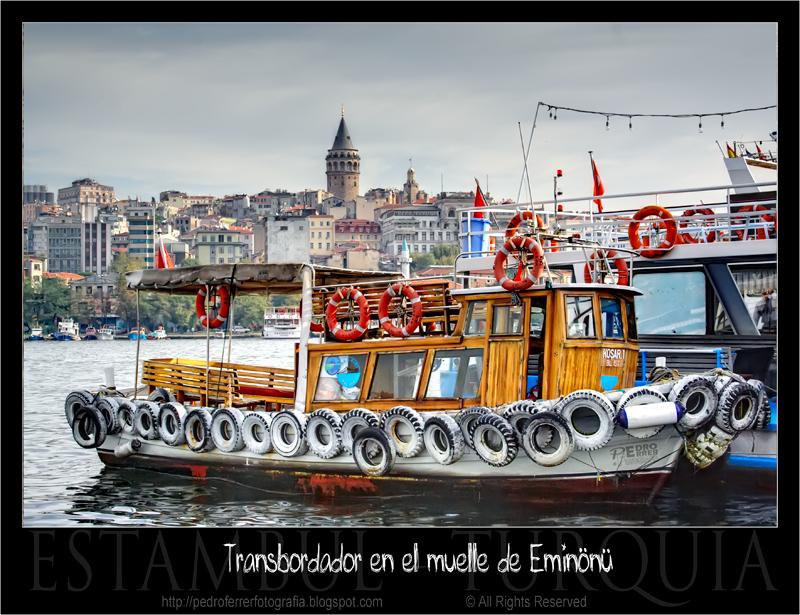 Transbordador en el muelle de Eminönü