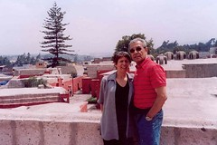 Con Ana Rosa en una terraza del Convento de Santa Catalina, Arequipa. Perú, febrero de 2006.