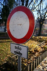 Solo (TuQuoQue Design) Tags: park street parco strada ban cartello divieto melzo