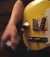 Bud & Blues (C'est Le Mme Vieux Blues Tous Les Soirs) (verytallsam (connect quand il peut)) Tags: music beer yellow rock electric vintage bottle movement guitar blues fender micro bud rocknroll plugged badboy musique mouvement verre relic bouteille telecaster oldone telecater petiteshistoiressansparoles samcaster