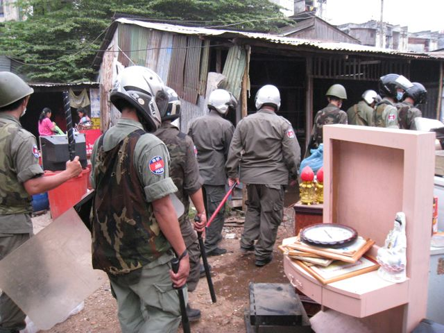 Armed Forces - Eviction Dey Krahom  - Licadho