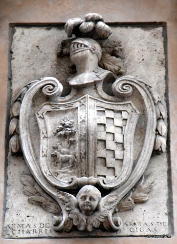 Escudo de armas situado en la fachada de una casa en la Calle Zapatería