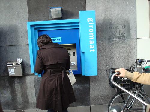 Caixa eletrônico na rua