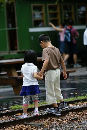 兄妹。很自然地,在不好走的路面上,兄妹牽起了手,互相扶持