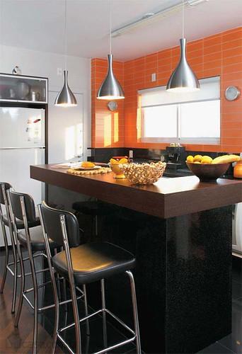Cerâmica laranja na cozinha de apartamento dos anos 1970 reformado. Projeto de reforma de Fernando Piva