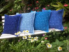 azuis! (Carla Cordeiro) Tags: handmade feitomo cushion almofada bordado conta linhaeagulha agulhaelinha pontofofoca pontosmocking tecidooxford