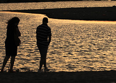 Verso sera... (Giuseppe Torcasio) Tags: summer donna mediterraneo mare estate ombre uomo sole calabria spiaggia luce controluce sud sera caldo lameziaterme tirreno meridione gizzerialido giuseppetorcasio