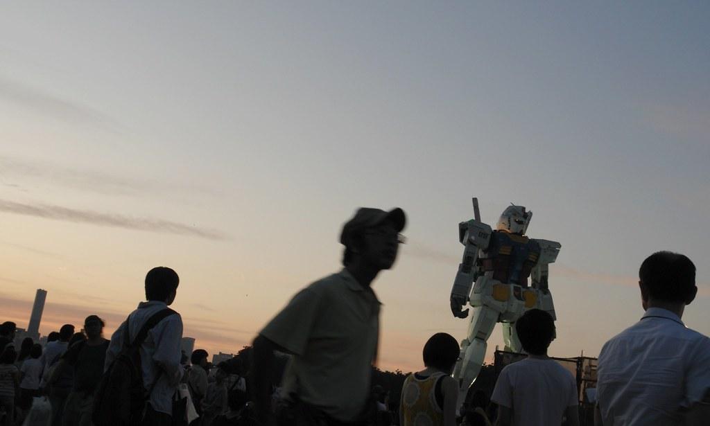 So many people with Odaiba GUNDAM.