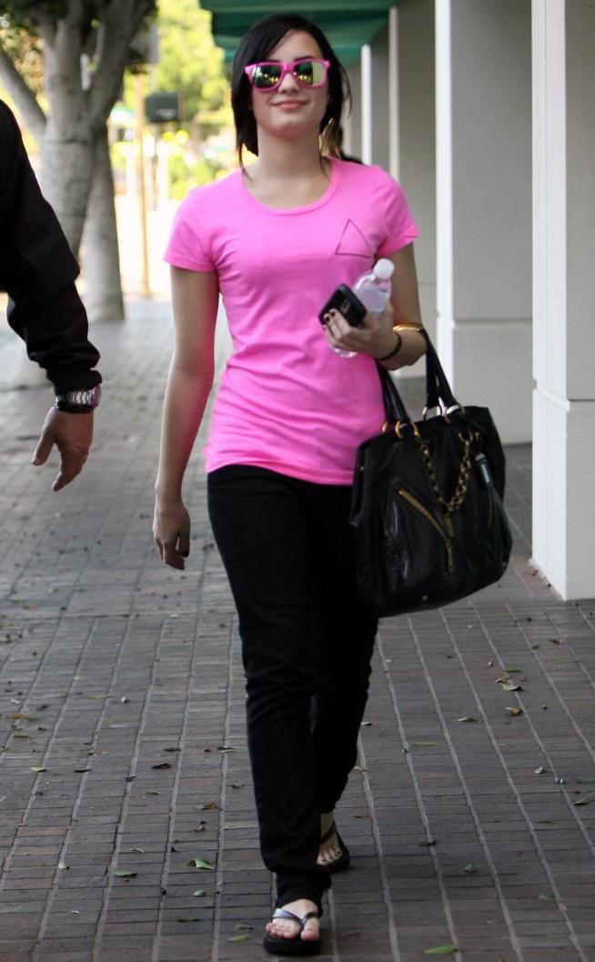 demi-lovato-pretty-in-pink-3