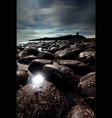 D u n s t a n b u r g h | M o o n e y (Reed Ingram Weir) Tags: longexposure light moon castle lee dunstanburgh gnd 09h