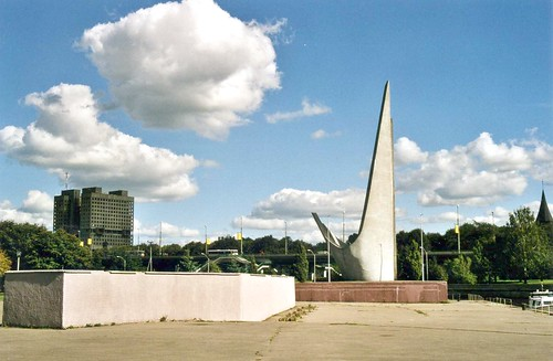 Калининград : Памятник рыбакам - Kaliningrad: memorial to the Pioneers of the Atlantic Ocean Fishery, September 2003 ©  sludgegulper